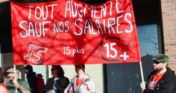 Manifestants devant le métro Jean-Talon à Montréal, le 15 avril 2016, lors de la journée d'action pancanadienne pour l'augmentation du salaire minimum à 15$/h. Photo : CCMM-CSN